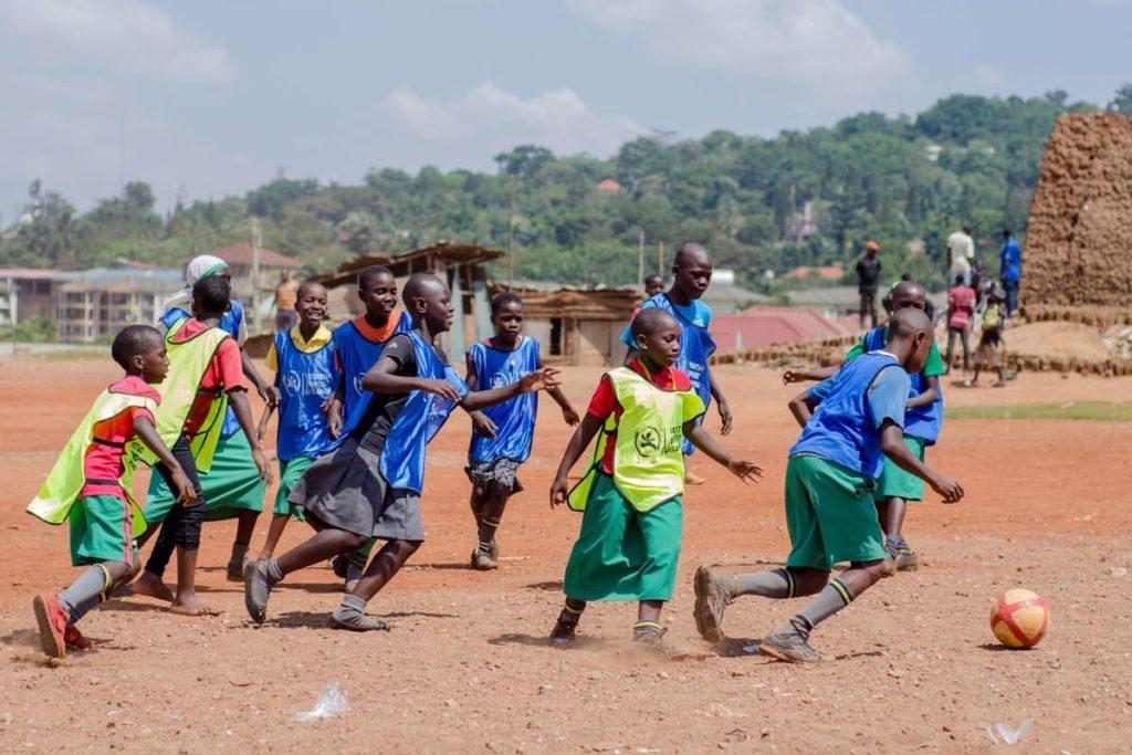 kids bei youth sports uganda spielen fussball