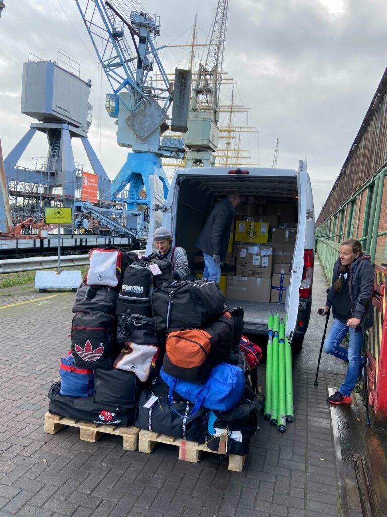 Verladen der Trikots im Hamburger Hafen